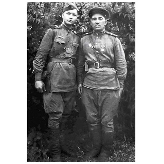 Сержант Алексей Ванин слева, 1943 год