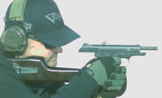 Американский морпех проверил пистолет Стечкина