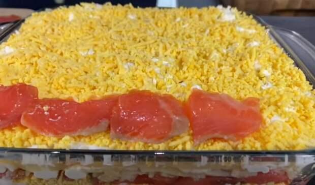 Слоеный салат с красной рыбой на праздник