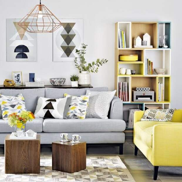 Украшение комнаты при помощи желтого и серого дивана, что выглядят очень необычно и оригинально.