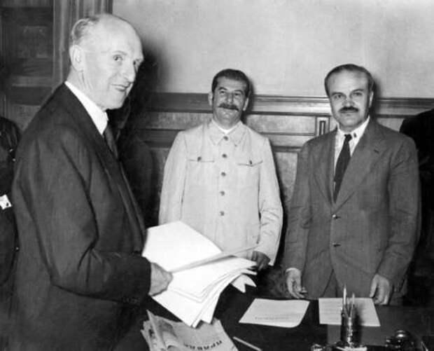 Зачем очернили пакт Молотова – Риббентропа, а Сталина приравняли к Гитлеру? Отечает Евгений Спицын (2021)