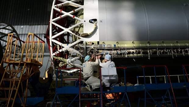 Рабочие в цехе космического центра. Архивное фото