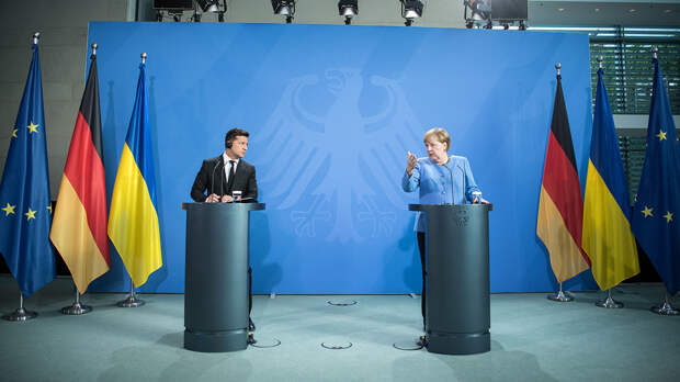"""Зеленский заявил, что Меркель предотвратила """"вторжение России"""" в 2015 году"""