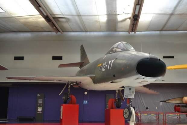 Вот такой самолет Дассо «Супер Мистер» В.2 и представлял собой лицо возрожденной авиации Франции в середине пятидесятых. Да, он «звезд с неба не хватал», да, по сравнению с «Триданом» и «Грифоном» он выглядел вполне ординарно, зато это были самолеты, вполне приспособленные к повседневной строевой эксплуатации силами «средних летчиков». На них французские пилоты подошли к звуковому барьеру. Действительно, не преодолели его, а только приблизились – максимальная скорость самолета была 1195 км/ч, что на 12% выше скорости звука. Но на самом деле пилоты чаще всего летали с числами Маха до 0,95, а больше – крайне редко. Но на сверхзвук они скоро выйдут – на самолете «Мираж» III, мимо которого мы также не пройдем!
