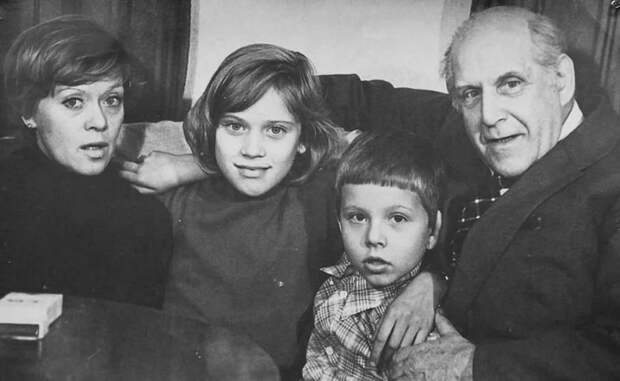 В тени знаменитых родителей: как сейчас живет дочь Алисы Фрейндлих