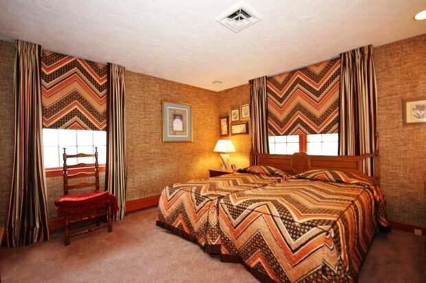 Одна из спальных комнат оформлена в коричнево-оранжевых тонах (ретро-дом в Фрамингеме, США). | Фото: nsmbl.nl.