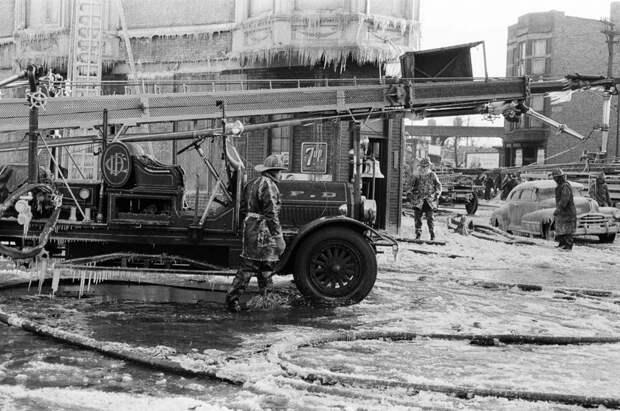11 впечатляющих фото того, как пожарные XX века боролись одновременно со льдом и пламенем