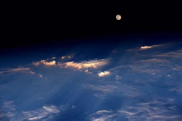18. Полная луна показывается над западной частью Китая прямо перед закатом  земля, космонавт, космос