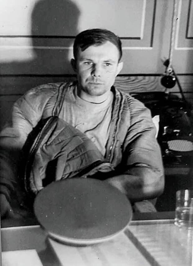 Юрий Гагарин через несколько часов после приземления