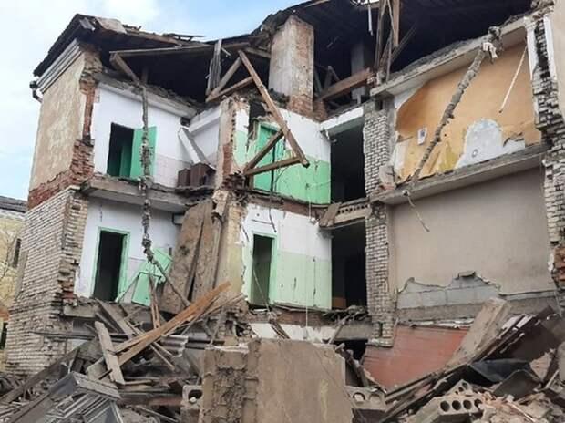 В Ржеве обвалилась стена здания бывшего общежития