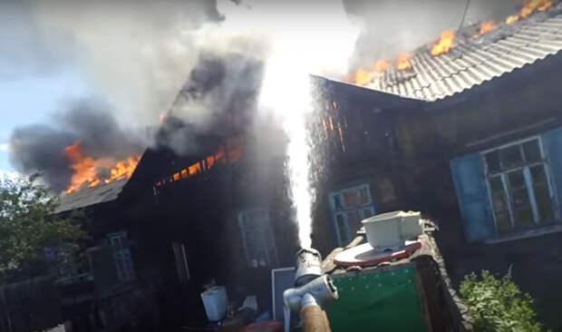Эпичная битва в Чите: пожарный снял тушение огня на экшен-камеру