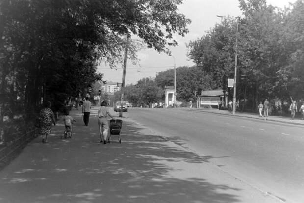 Фото дня: улица Менжинского четверть века назад