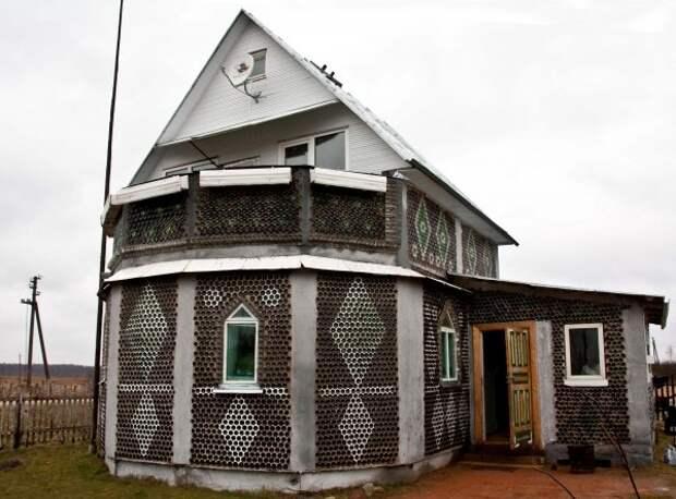 Оригинальные дома из стеклянных бутылок