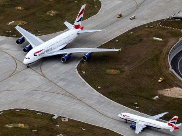 Airbus A380-841 и Airbus A320-232 авиакомпании British Airways в аэропорту Лондон Хитроу