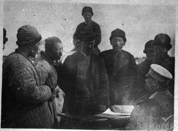 Кыргызы во время беседы с приставом (начальником полиции). 1916 год.