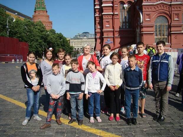 Дети вместе с мамой побывали в Москве на Красной площади. Фото: страница соцсети героини публикации.