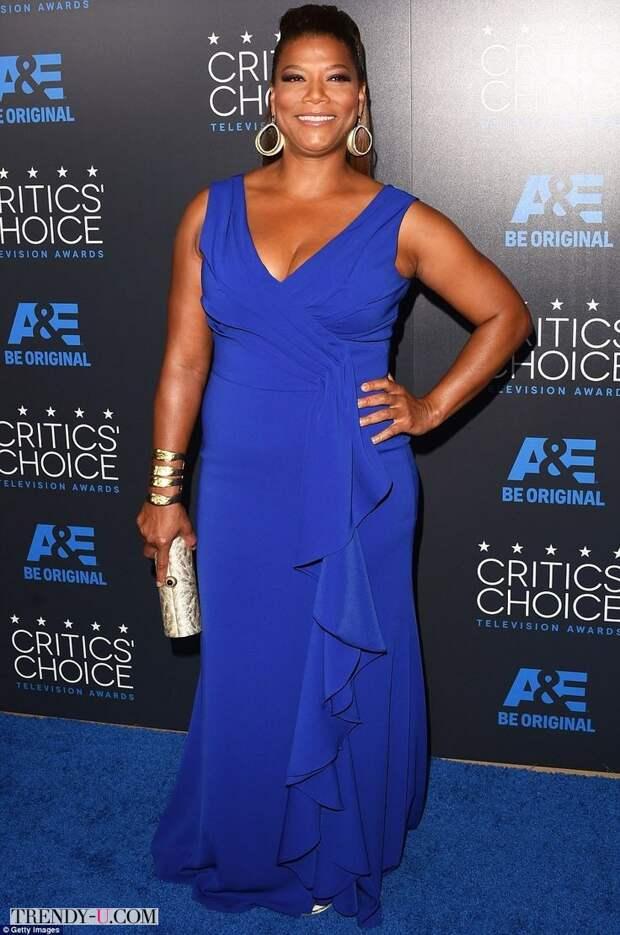 Куин Латифа в нарядном платье с глубоким декольте ярко-синего цвета