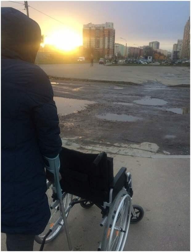 Проблемы Приморского района: люди обходят ямы по проезжей части