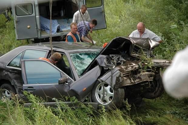 Служебный автомобиль Mercedes-Benz S600 губернатора Алтайского края и народного артиста России Михаила Евдокимова, погибшего в ДТП.