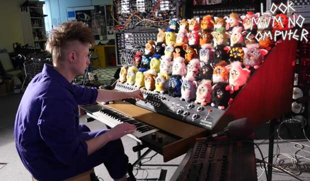 Сэм Бэттл на своем органе из игрушек Ферби