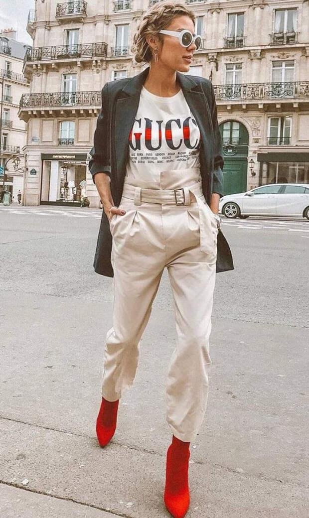 Девушка в бежевых брюках, футболка с принтом и черный жакет