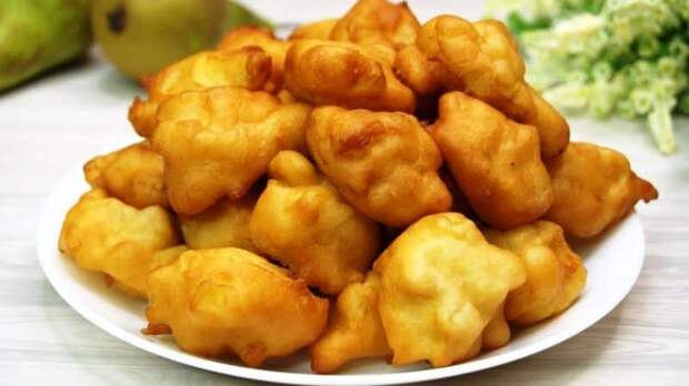 Яблочные пирожки-пончки. Кладу яблоки в кипящее масло и получаю ароматное объедение 2