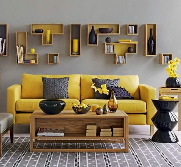 Интерьер в гостиной выглядит очень красиво благодаря желто-серым оттенках в которых оформлен.