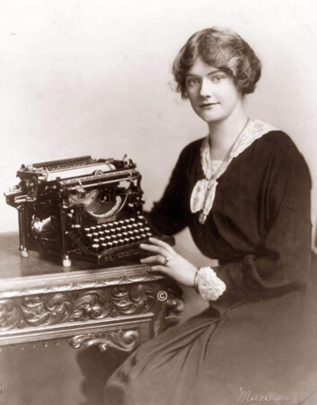 Машинистка за печатной машинкой.