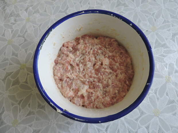 Готовый фарш убрать в холодильник на 2-3 часа, чтобы все ингредиенты подружились еда, котлеты, своими руками, сделай сам