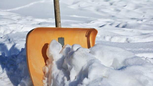 Во дворе дома на Энергетической улице убрали снег и гололед