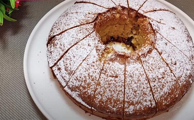 Перемешиваем тесто с джемом и просто заливаем в форму: кекс без хлопот получается как из кондитерской