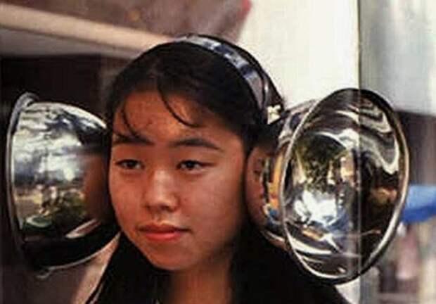 японка с усилителями звука на ушах