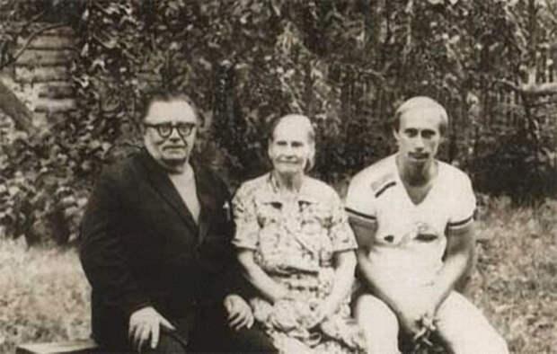 1198 Владимир Путин с родителями.jpg