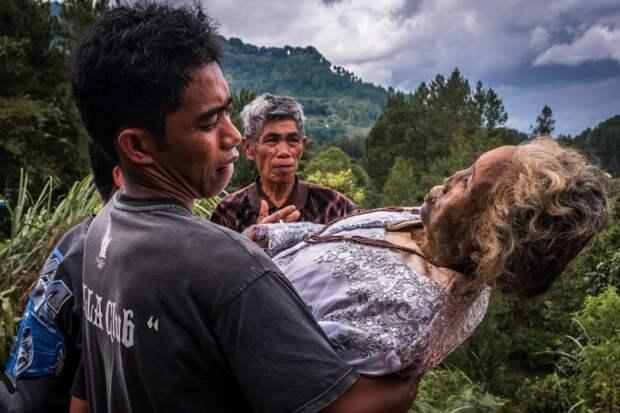 Вечная память: жители индонезийского племени десятилетиями хранят вдомах тела усопших родственников