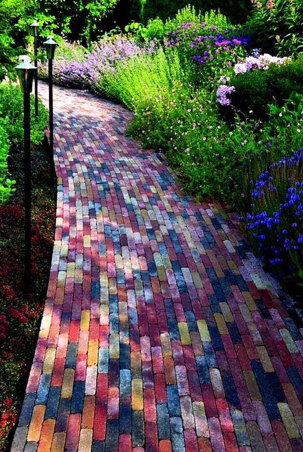Дорожка из цветных плиток.   Фото: Decor Inspirator.