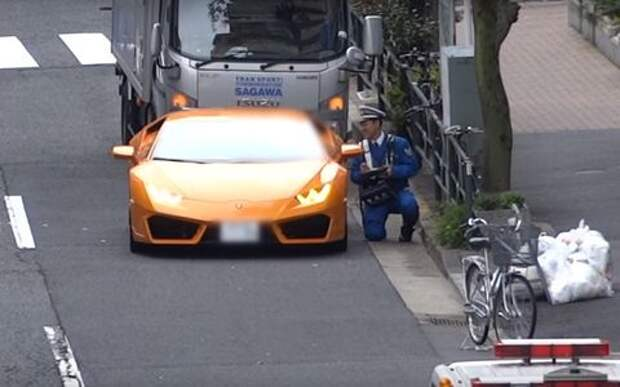Полицейский на велосипеде догнал Lamborghini и наказал!
