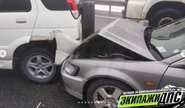 Пофото всё ясно: массовое автомесиво произошло наобъездной трассе воВладивостоке