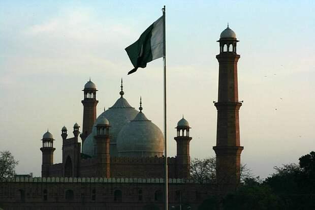 В Пакистане столкнулись два пассажирских поезда