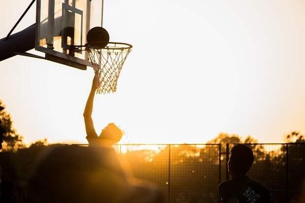 Кольцо на баскетбольной площадке во дворе на Синявинской отремонтировали — Жилищник