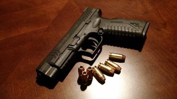 """Возомнивший себя """"богом"""" подросток угрожал матери пистолетом в Петербурге"""