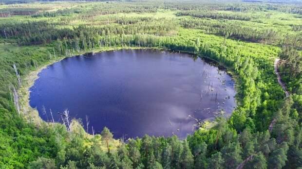 Смердячье озеро. Считается, что оно возникло в результате падения метеорита./Фото:wikipedia.org