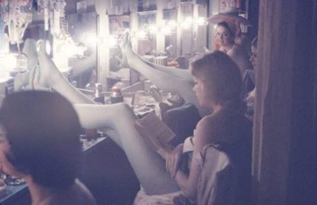 11 фотографий закулисной жизни танцовщиц кабаре в 50-х годах