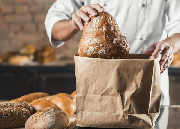 Многие пекарни упаковывают свой хлеб в бумажные пакеты. Они пропускают воздух