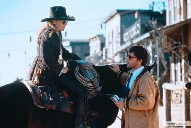 """Шэрон Стоун во время съемок фильма """"Быстрый и мертвый"""" (1995)."""