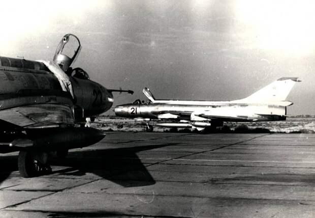 Самолеты Су-17 (С-32, борта 23 и 21 – машины последних серий этой модификации) из 34-го инструкторского АПИБ на аэродроме Насосная (Кировабад, Азербайджан)