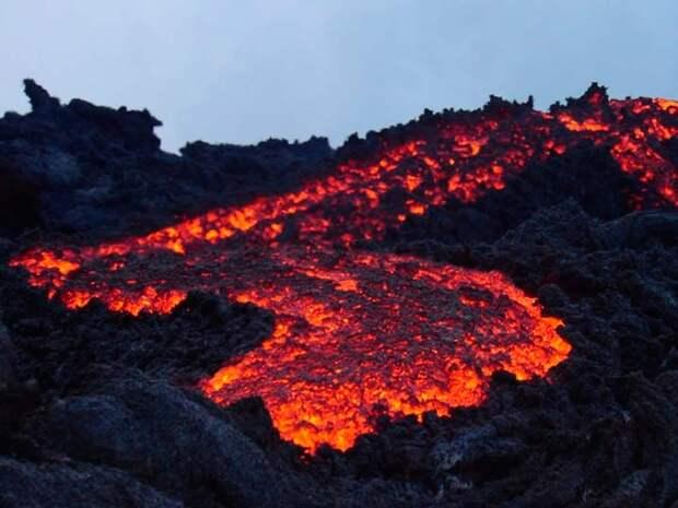 Вулкана Пакая в Гватемале продолжает извергать лаву, туристы приезжают на нее посмотреть
