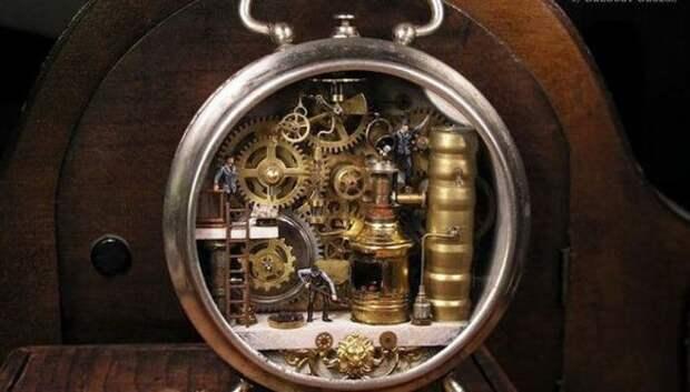 Греческий мастер Грегори Грозос создает миниатюрные миры внутри часов