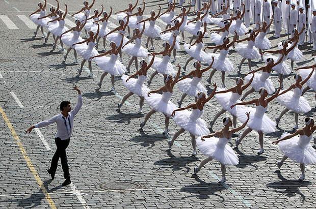 Балет выступает на праздничном представлении на Красной площади, посвященное Дню города. Слева - Николай Цискаридзе, 2011 год