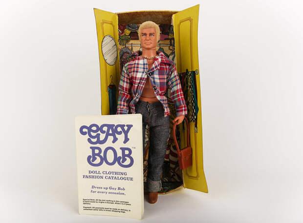 Кукла продавалась в комплекте с бумажным шкафом.