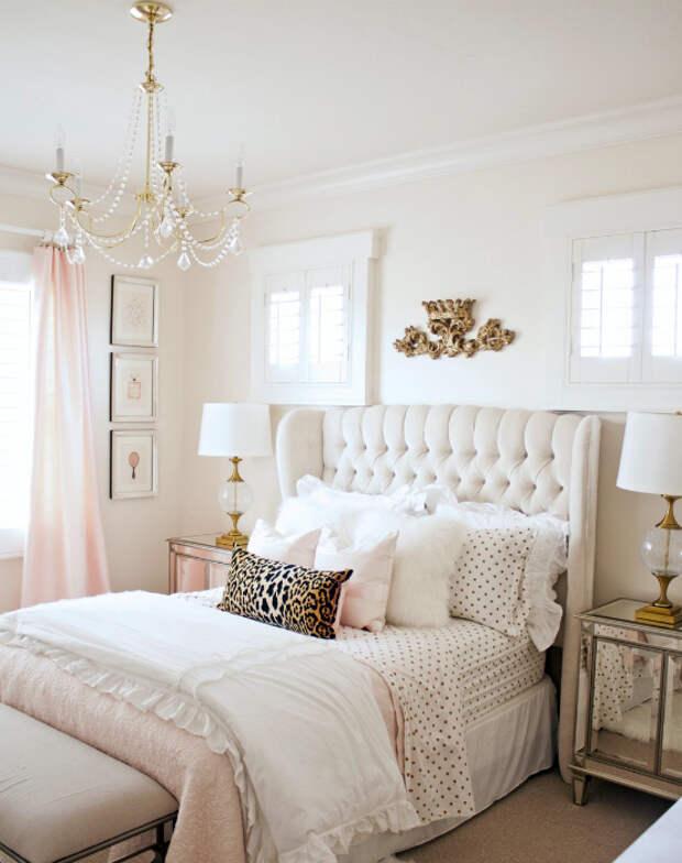 Элегантная спальня в нежно-розовом цвете.